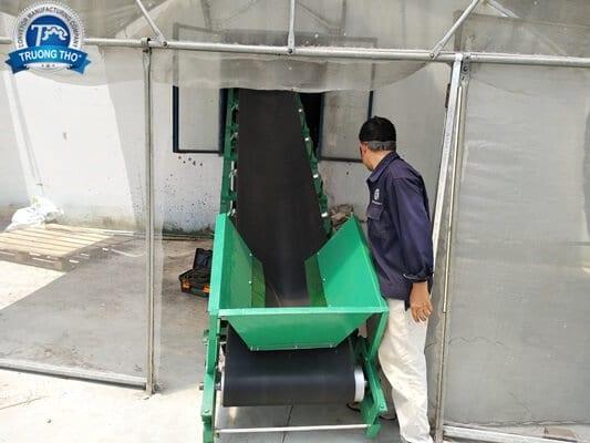 Băng tải cao su trơn lắp dạng nghiêng
